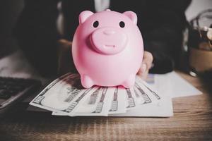 tirelire cochon et dollars photo