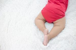 bébé nouveau-né dans un lit photo