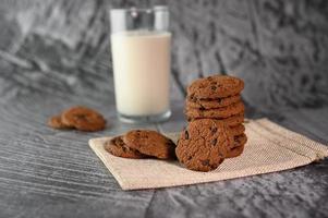 biscuits et un verre de lait sur un chiffon photo