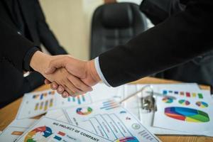 hommes d'affaires se serrant la main