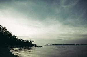 la mer et le ciel bleu le soir photo
