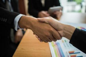 hommes d'affaires se serrant la main photo