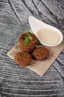 biscuits et une cuillère de lait sur un chiffon photo