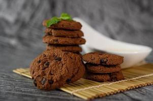 des biscuits et une cuillère de lait photo
