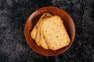 biscuits placés dans un bol en bois photo