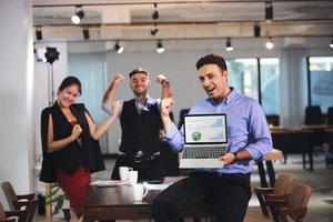 jeunes gens d'affaires intelligents exprimant un bon travail photo