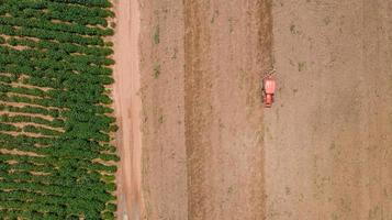 vue de dessus du tracteur agricole dans un champ photo