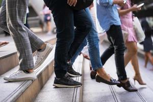 personnes se déplaçant dans les escaliers photo