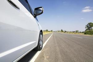 voiture blanche sur route avec ciel bleu photo