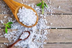 sel naturel de la mer sur la table à manger