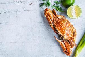 Crabe cuit à la vapeur sur fond de bois