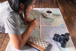 fille regardant une carte photo