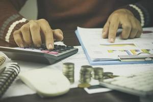 mains d & # 39; une personne calculant des chiffres photo