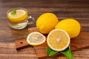 tranches de citrons sur une planche à découper photo