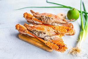 Crabe cuit à la vapeur sur fond de bois blanc photo