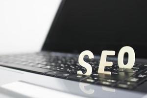 Concept d'optimisation de moteur de recherche, mots seo sur clavier d'ordinateur portable photo