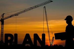 silhouette d'architecte et le plan de mot photo
