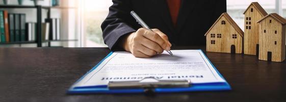 concept de contrat de signature de propriétaire de maison photo