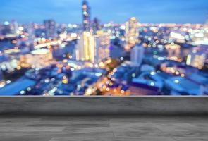 toit vide et fond de paysage urbain photo