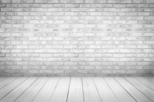 plancher de bois blanc avec fond de mur de brique photo