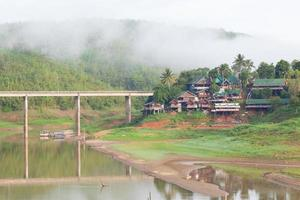 maisons au bord de la rivière en thaïlande photo