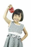 jeune fille asiatique montrant le poivron rouge photo