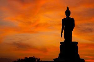 Statue de Bouddha au coucher du soleil en Thaïlande photo