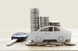 voiture en papier et pièces de monnaie