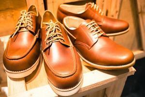 bottes marron montrant dans la boutique de bottes photo