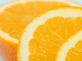 Tranches de fruits orange isolés sur fond bleu