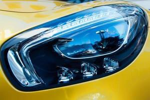 phares d'une voiture jaune photo