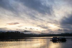 radeau sur la rivière en thaïlande