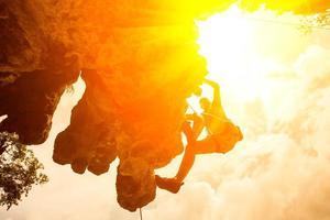 Silhouette d'alpiniste à Riley Beach, Krabi, Thaïlande photo