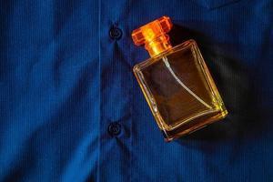 parfum sur tissu bleu photo