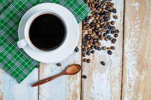 vue de dessus du café sur une table rustique photo