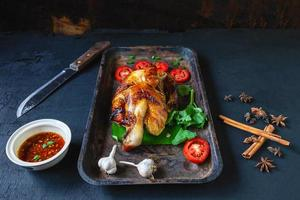 poulet grillé sur un plateau photo