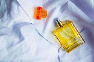 flacon de parfum sur papier