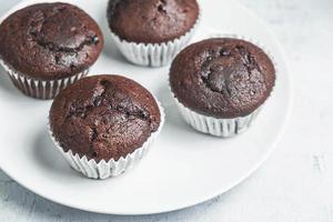 muffins au chocolat sur fond blanc photo