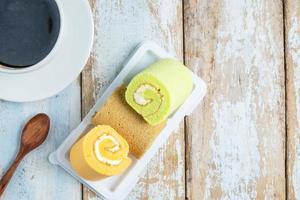 gâteau roule sur une assiette avec du café photo