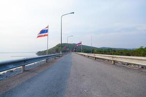 drapeaux le long de la route photo