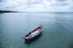 Bateau de pêche amarré en mer en Thaïlande photo