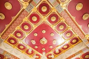conception de plafond d'un temple en thaïlande photo