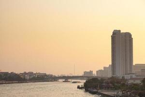 ville de bangkok et rivière dans la soirée