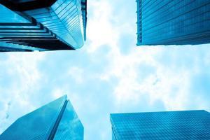immeubles de grande hauteur modernes d'en bas photo