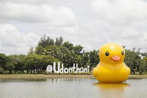 Grand canard en caoutchouc jaune en Thaïlande photo