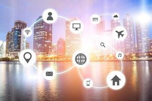 réseau de paysages urbains avec des icônes de voyage et de shopping photo