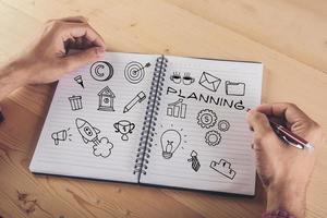 gros plan, de, homme affaires, écriture, sur, ordinateur portable, à, doodle, icône photo