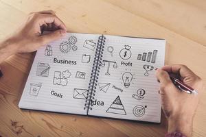 gros plan, de, homme affaires, écriture, sur, ordinateur portable, à, doodle, icône