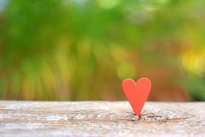 coeur rouge sur table en bois photo