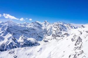 vue panoramique imprenable sur les Alpes suisses photo